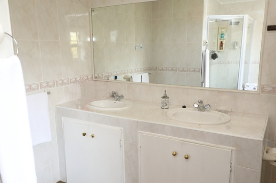 Suite 1 - spacious bathroom